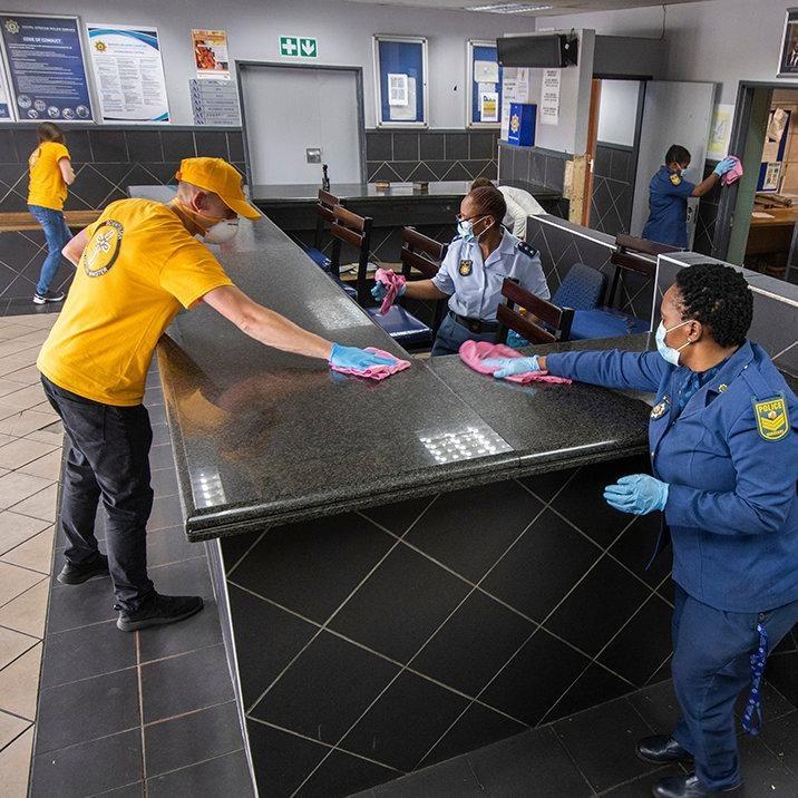 Борьба с пандемией в ЮАР: <br>как саентологи помогали полиции, пожарным и пожилым