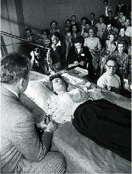 Л. Рон Хаббард демонстрирует применение Дианетики. 1950 год