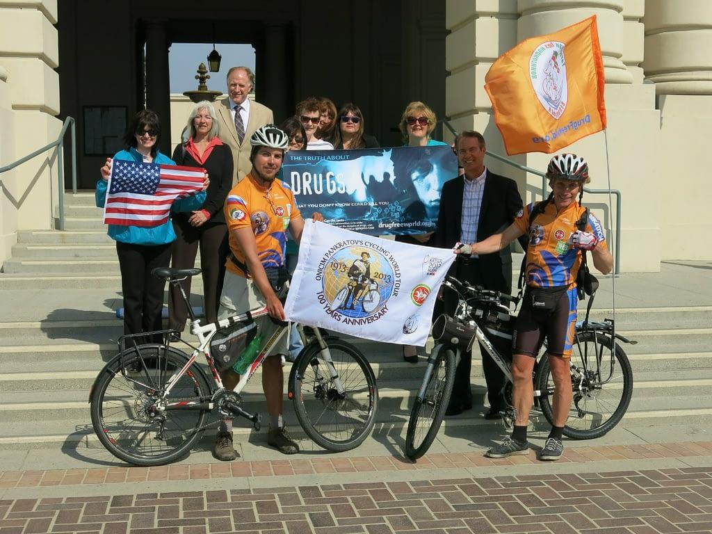 Участники кругосветного путешествия с представителями фонда «За мир без наркотиков», Лос-Анджелес.