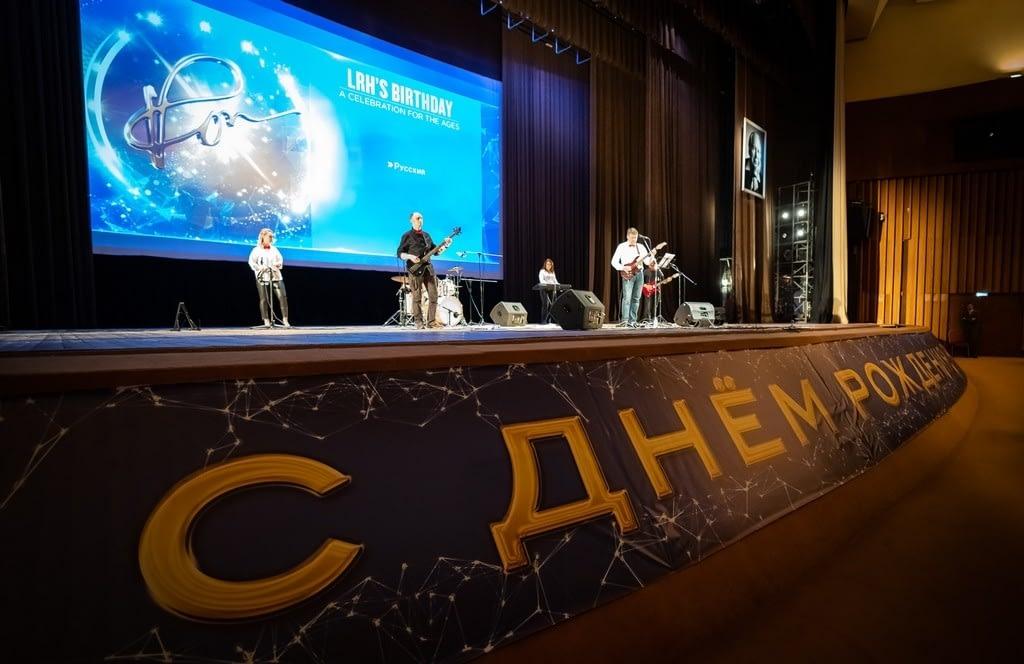 Выступление музыкантов в начале праздника