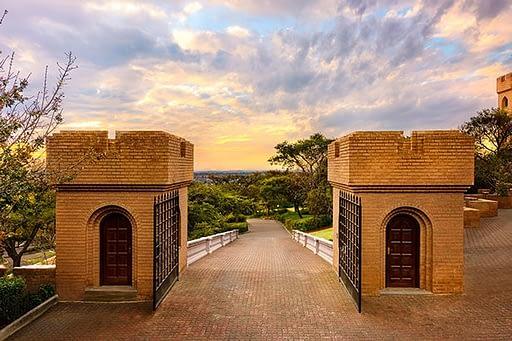 Ворота при въезде в замок Кьялами