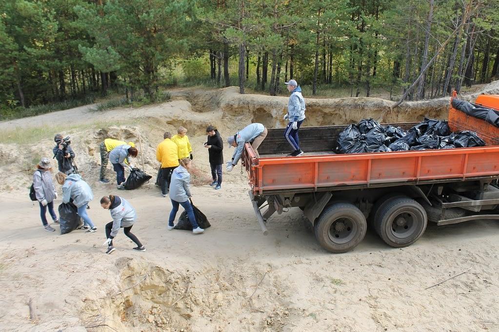 Погрузка мусора во время акции «Живой лес» на «Голубых озерах». Добровольцы Уральского тура доброй воли работают вместе с активистами ОНФ