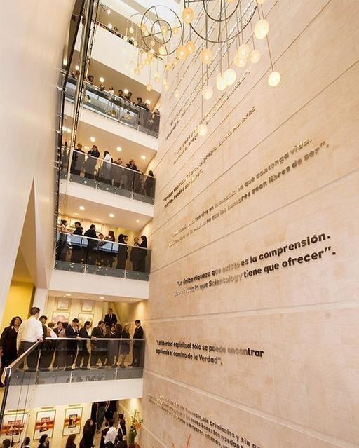 Публика в новом здании Национальной саентологической церкви Мексики.