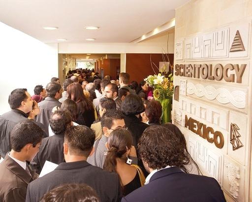 Саентология в Мексике. Публика в новом здании Национальной саентологической церкви Мексики.
