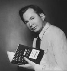 Л. Рон Хаббард с первым изданием книги «Дианетика»