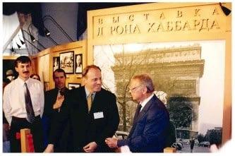 Выставка, посвященная жизни Л. Рона Хаббарда, Санкт-Петербург, 2000