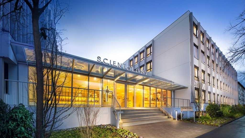 Саентология в Швейцарии: Вход в новую Саентологическую церковь Базеля.