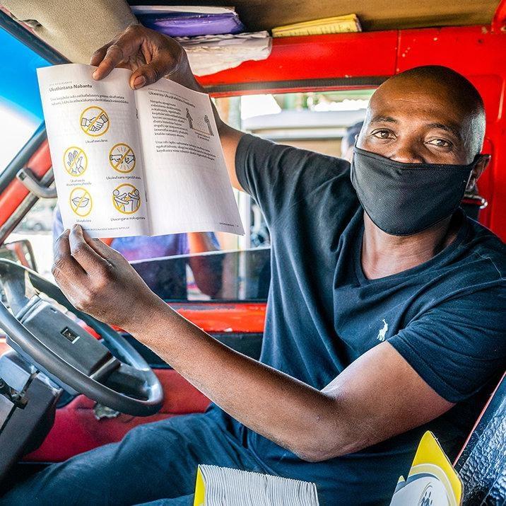 В Гаутенге водитель показывает профилактическую брошюру, изданную Церковью Саентологии