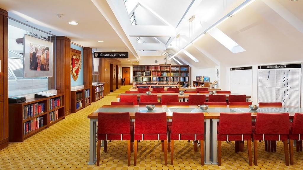 Читальный зал идеальной саентологической организации