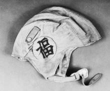 Лётный шлем Л.Рона Хаббарда с японским иероглифом — пожеланием удачи.