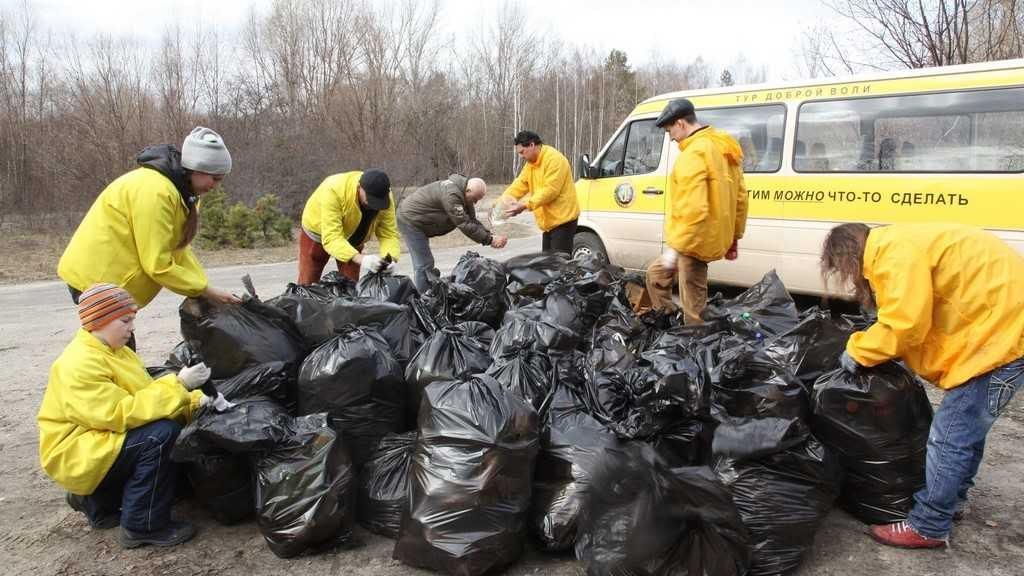 Саентологические волонтеры Тура доброй воли помогают городу в уборке территории.