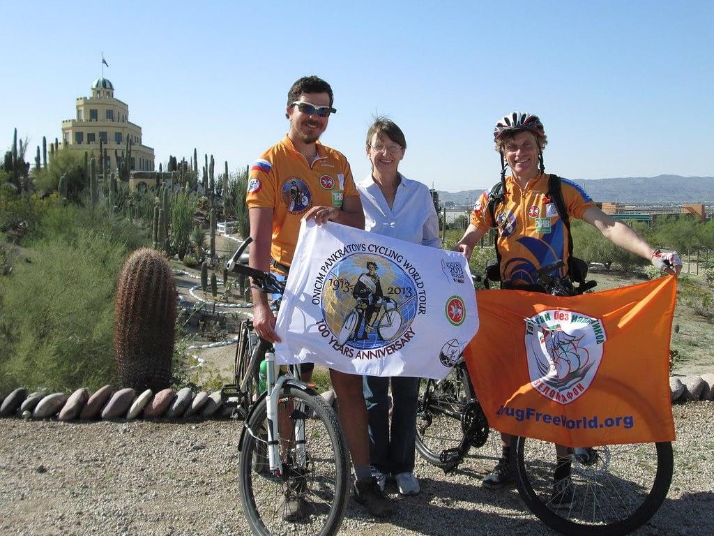 Велотуристы Ален и Павел с директором музея в парке кактусов, Феникс, США