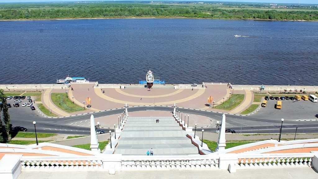 Вид на памятник катеру «Герой».