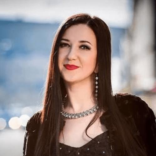 Яна Подкар, —, певица, поющая на 11 языках, гран-при конкурса «Королева музыки»