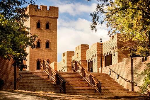 Саентология в Африке: лестница у замка Кьялами