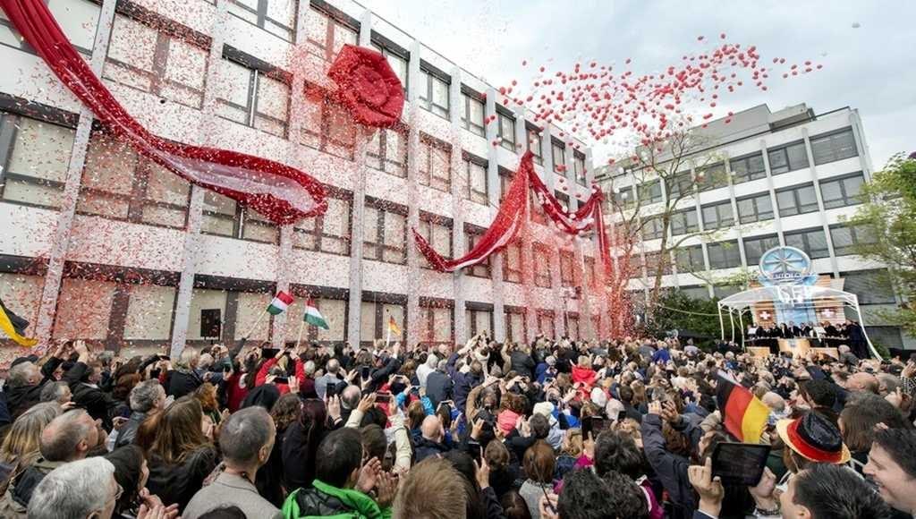 Саентология в Швейцарии: Момент перерезания ленточки во время торжественного открытия открытия.
