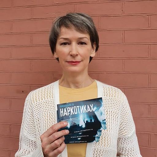 Антинаркотический волонтёр с брошюрой «Правда о наркотиках»